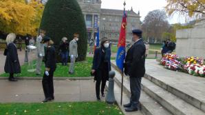 Autorites saluant les porte drapeaux