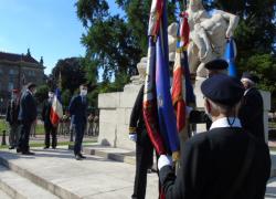 Les autorités saluent les porte-drapeaux